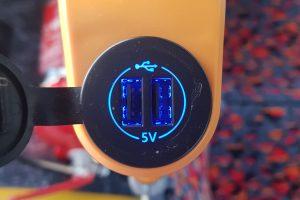 Cestující si mohou dobíjet za jízdy elektroniky přes USB port. Foto: Jan Sůra / Zdopravy.cz