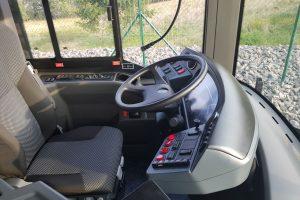 Stanoviště řidiče. Je plně klimatizované, k dispozici je například i malá lednička. Foto: Jan Sůra / Zdopravy.cz