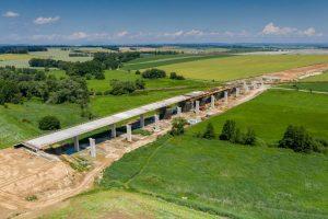 Výstavba mostu Trotina na D11 mezi Hradcem Králové a Smiřicemi. Foto ŘSD