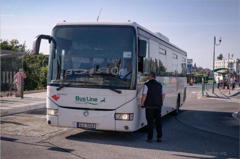 Autobus společnosti Busline KHK v Hořicích. Stejná firma bude v budově provozovat i informační centrum. Foto: Městský úřad Hořice