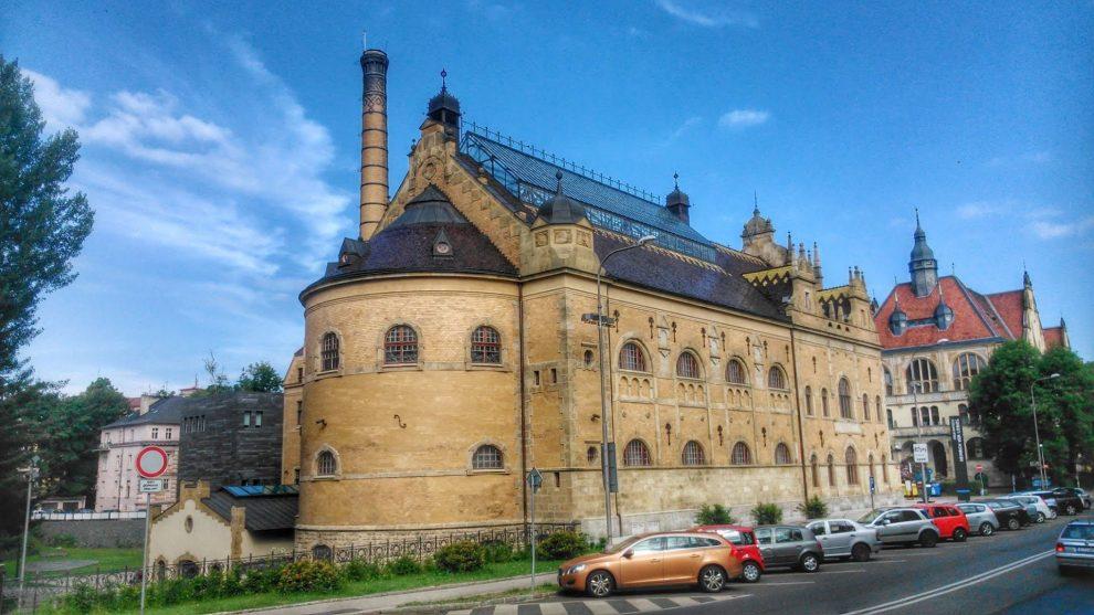 Parkování u Oblastní galerie v Liberci (bývalá budova Lázní). Foto: Jan Sůra / Zdopravy.cz