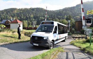 Minibus VDL MB Sprinter na přejezdu v Andělské Hoře. Foto: FB Jana Svitáka