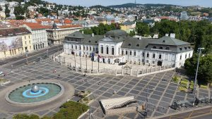 Hodžovo náměstí s prezidentským palácem v Bratislavě. Autor: CoolKoon (diskuse) – Vlastní dílo, CC BY-SA 4.0, https://commons.wikimedia.org/w/index.php?curid=43875398