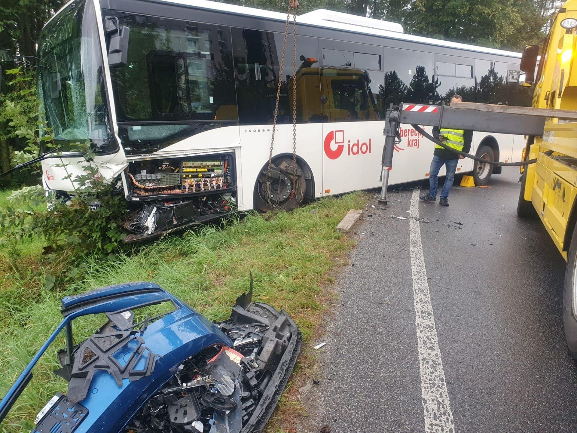 Nehoda autobusu ČSAD Liberec a osobního auta v Liberci 31.8. 2020. Foto: ČSAD Liberec