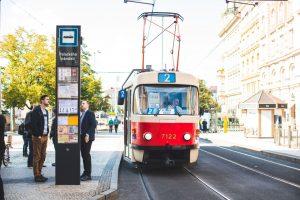 Nový označník zastávky MHD v Praze na Palackého náměstí. Pramen: ROPID