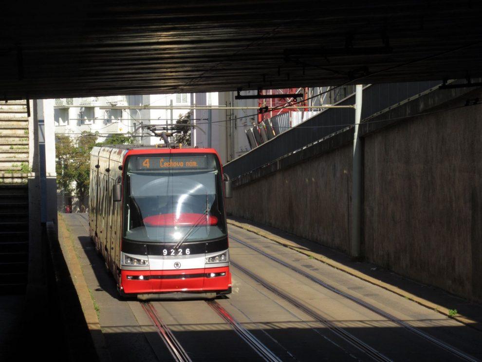 Tramvaj mezi Pražským povstáním a Vozovnou Pankrác podjíždí magistrálu. Foto: Ropid