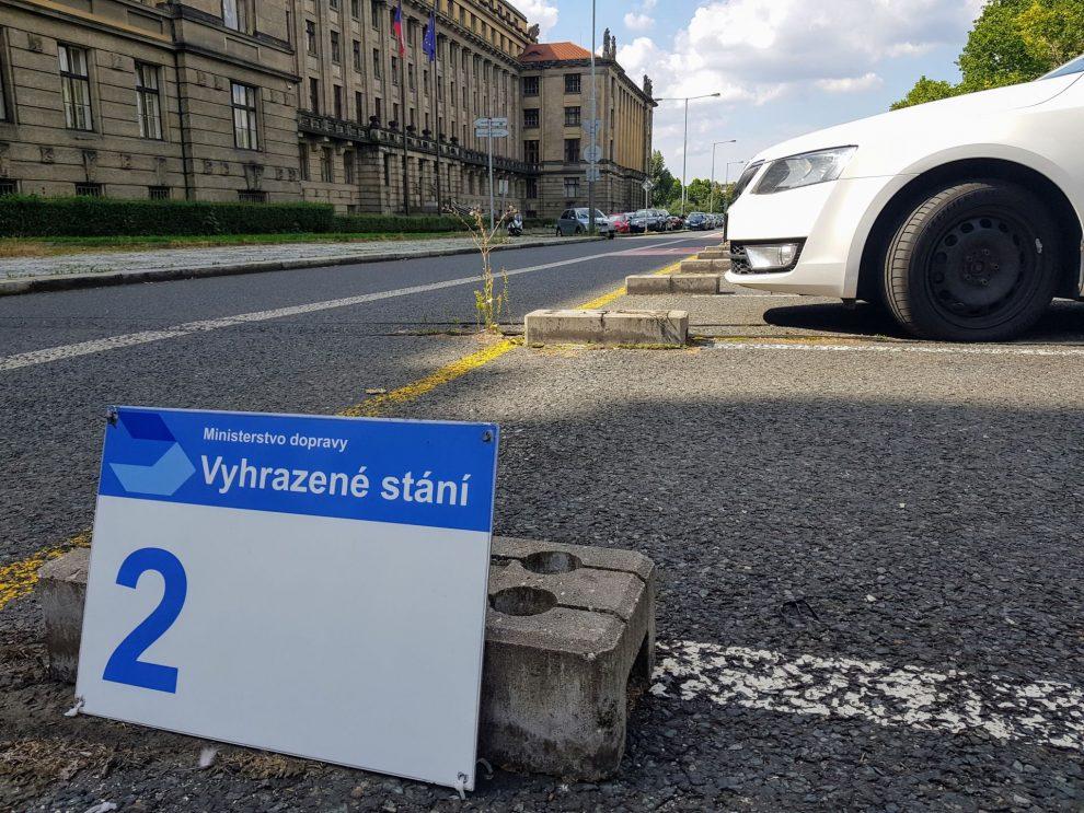 Parkoviště před ministerstvem dopravy. Foto: Jan Sůra / Zdopravy.cz