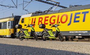 Elektrické skútry BeRider před vlakem RegioJetu. Foto: Škoda Auto