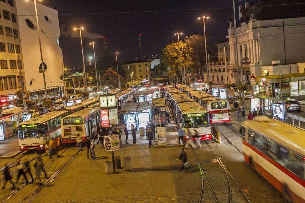 Noční rozjezdy od hlavního nádraží v Brně. Foto: DPMB