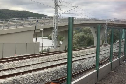 Nová trať mezi Púchovem a Považskou Bystricí 30.8. 2020 zachycena z vlaku. Foto: Juraj Kováč