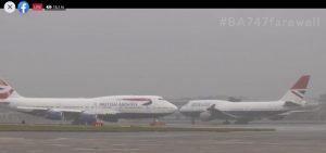 Poslední dva Boeingy 747 těsně před odletem z Heathrow. Foto: FB přenos British Airways
