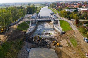 Nový most a zpevňování břehů ve Vraňanech. Pramen: ŘVC