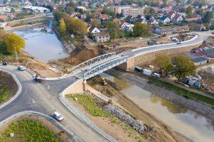 Nový most v Lužci a odstraňování posledních zbytků starého. Pramen: ŘVC