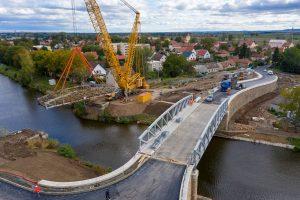 Nový most a odstraňování starého mostu v Lužci. Pramen: ŘVC