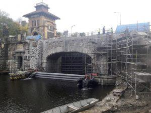 Nový zvedací most na komoře Hořín je díky kamennému obložení od starého k nerozeznání. Pramen: ŘVC