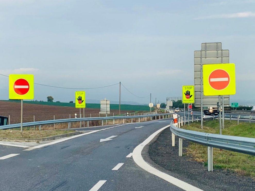Nové značky Stop, protisměr v Příšovicích na D10. Foto: Liberecký kraj