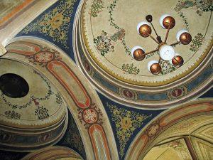 Nádraží Teplice, detail stropu ve vstupní hale. Autor: Marie Čcheidzeová – Vlastní dílo, CC BY-SA 4.0, https://commons.wikimedia.org/w/index.php?curid=91650446
