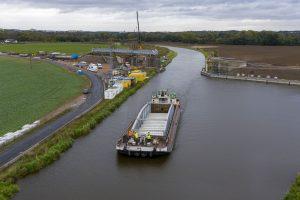 Nový most pro Zelčín proplouvá kolem stavby nového mostu Vrbno. Pramen: ŘVC