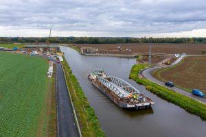 Nový most přivezla do Zelčína loď. Pramen: ŘVC