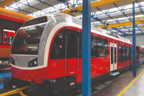 Šest ozubnicových vozidel Stadler (pět jednotek a jedna lokomotiva) začne v Tatrách jezdit už příští rok. Pramen: ZSSK