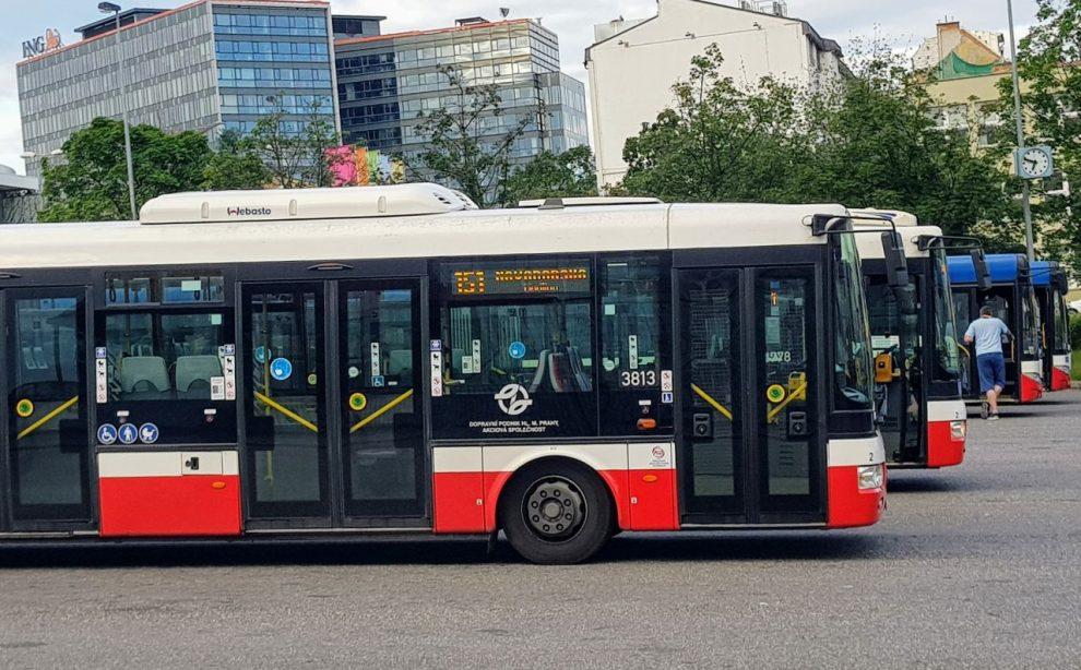 Autobusy Pražské integrované dopravy na Českomoravské. Foto: Jan Sůra / Zdopravy.cz