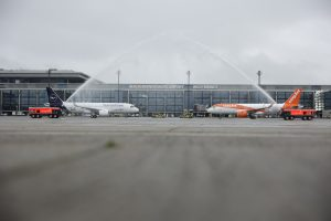 Letadla Lufthansy a easyJetu po příletu na nové letiště v Berlíně. Foto: BER