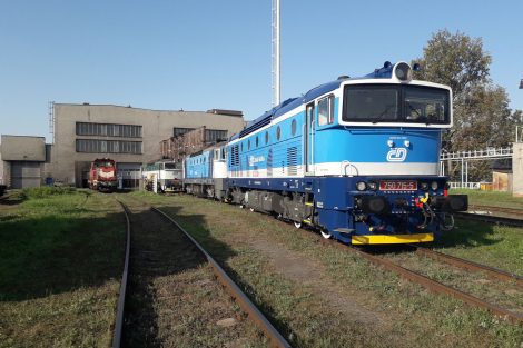 První dvě lokomotivy řady 750.7 (brejlovec), uzpůsobené k provozu s push-pull soupravami. Pramen: České dráhy