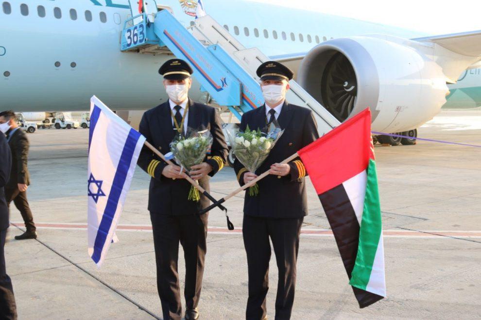 Posádka Etihad Airways po přistání v Tel Avivu. Foto: Twitter.com/3li