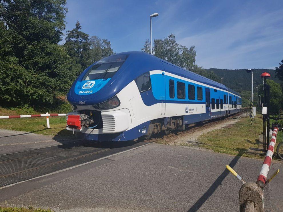 Motorová jednotka 844 RegioShark přijíždí do stanice Křižany na trati Liberec - Česká Lípa. Foto: Jan Sůra / Zdopravy.cz