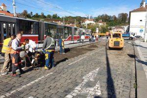 Rozšiřování tramvajového ostrůvku zastávky Malostranská. Foto:FB Adama Scheinherra
