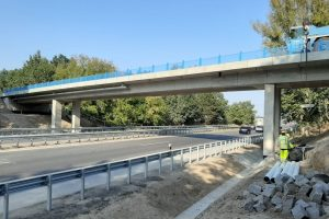 Nový most na silnici II/610 přes D10 u Benátek nad Jizerou. Foto: Skanska