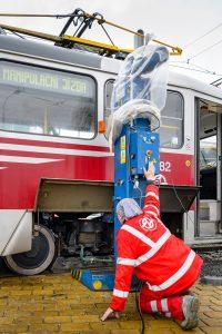 Výměna podvozků u tramvajového vozu T3R.PLF ev. č. 8282, smyčka Barrandov. Výměna podvozků u tramvajového vozu T3R.PLF ev. č. 8282, smyčka Barrandov. Foto:  DPP - Petr Hejna