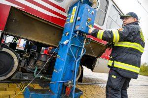 Výměna podvozků u tramvajového vozu T3R.PLF ev. č. 8282, smyčka Barrandov. Foto:  DPP - Petr Hejna