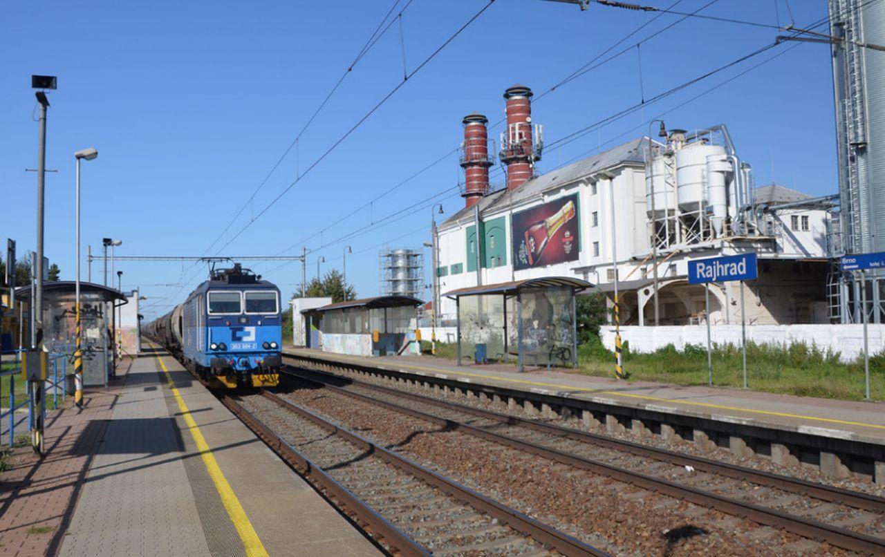 Nákladní vlak projíždí zastávkou Rajhrad. Foto: Správa železnic