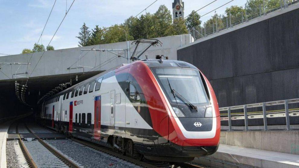 Jednotka FV-Dosto po výjezdu z tunelu Eppenberg. Foto: SBB