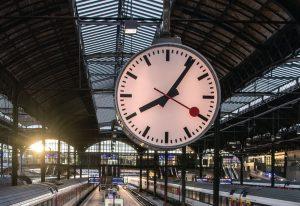Švýcarské nádražní hodiny, ilustrační foto. Pramen: SBB