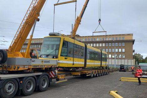 Tramvaj Škoda 03T6 Anitra a její nakládka v Plzni. Foto: Občerstvení Letadlo