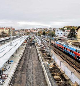 Pohled z provizorní lávky na nádraží Vršovice. Pramen: Správa železnic