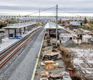 Na Zahradním Městě vzniká nový dopravní terminál. Pod vlakovou částí budou zastávky tramvají a autobusů. Pramen: Správa železnic