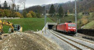Vlak po výjezdu z tunelu Bözberg. Foto: SBB