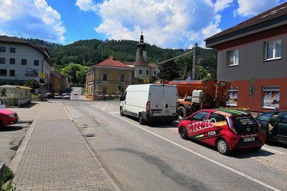 Čekající auta na přejezdu v Blansku. Foto: Městský úřad v Blansku