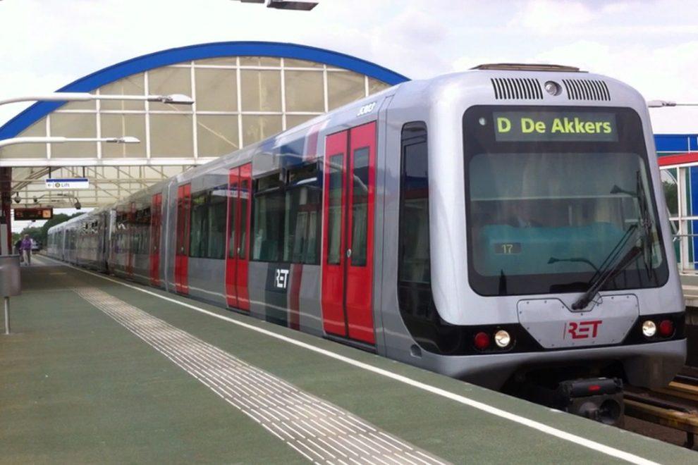 Souprava rotterdamského metra mířící do stanice De Akkers. Foto: Mennov1996, CC BY-SA 3.0 , via Wikimedia Commons