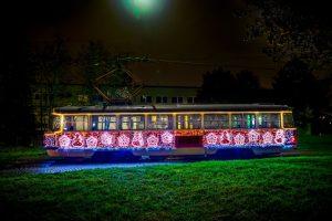 Vyzdobená tramvaj v Brně. Foto: DPMB