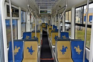 Interiér tramvaje Stadler Tango NF Lajkonik v Krakově. Foto: Michal Chrást