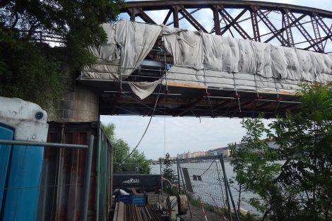 Železniční most pod Vyšehradem - jižní lávka během oprav. Autor: Zdopravy.cz/Jan Šindelář
