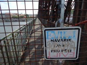 Železniční most pod Vyšehradem - severní lávka před opravou. Autor: Zdopravy.cz/Jan Šindelář