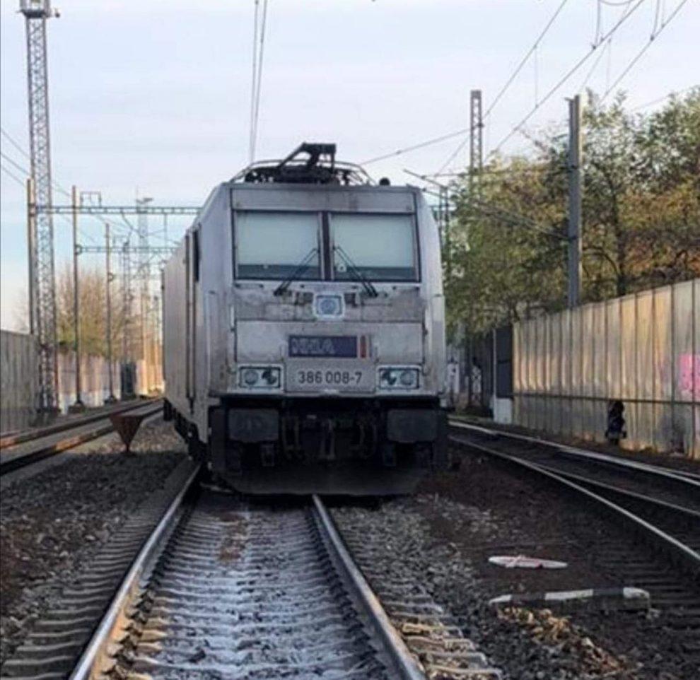 Vykolejená lokomotiva společnosti Metrans Rail v Praze - Uhříněvsi. Foto: Roman Štěrba / Správa železnic