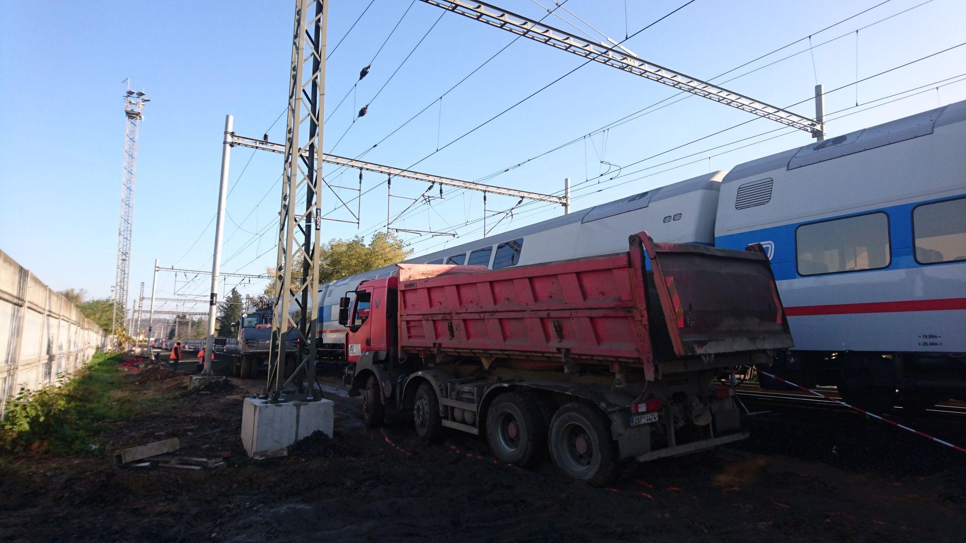 Srážka nákladního auta s jednotkou CityElefant v Poříčanech. Foto: Drážní inspekce