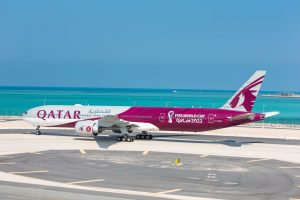 Boeing 777-300 ER ve speciálním nátěru připomínajícím fotbalový šampionát v Kataru. Foto: Qatar Airways