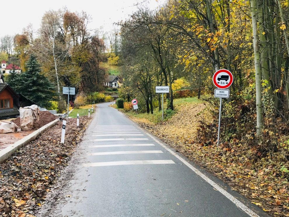 Silnice mezi Radoňovicemi a Pelíkovicemi, po které si řidiči zkracují cestu mezi Hodkovicemi nad Mohelkou a Jabloncem nad Nisou. Foto: Liberecký kraj